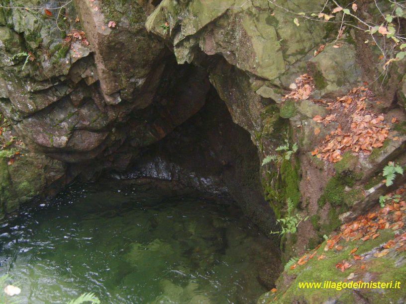 Il lago dei misteri una ninfa nei boschi for Cabina innevata nei boschi