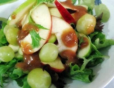 cara membuat salad apel dan anggur yang lezat