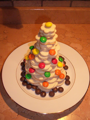 Alberelli di Natale realizzati con biscotti frollini e decorati con Smarties e zuccheri argentati