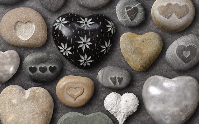 Imagen de Piedras de Mar con Forma de Corazones y con Corazones tallados en ellas