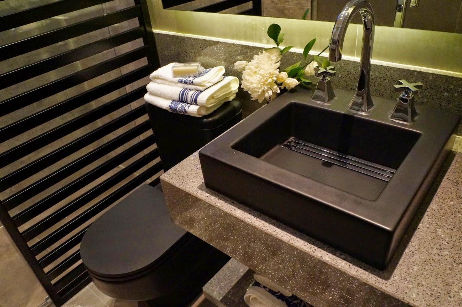 Banheiro com cuba de apoio e vaso sanitário preto e fosco. Projeto  #495C0F 1600 1062