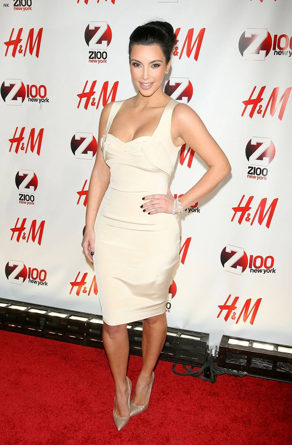 http://1.bp.blogspot.com/-kWoZUndYpDs/TbS5aBQiThI/AAAAAAAADwU/Gn5VBHWNi1M/s1600/kim_kardashian_dress.jpg