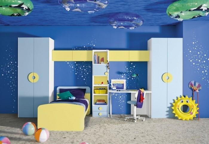 El tema del dormitorio para niños son los coches, como vemos por la
