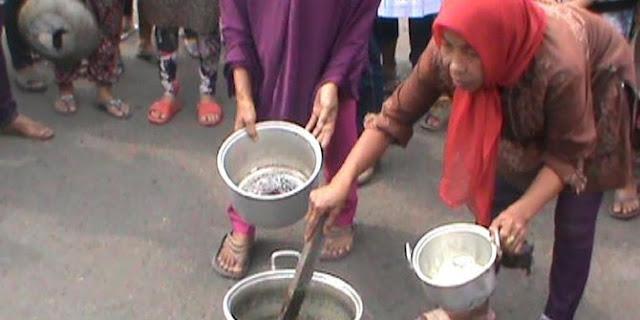 Pada Demo! Tuntut Jokowi turun! Ratusan Ibu-Ibu di Palembang Pada Masak Batu