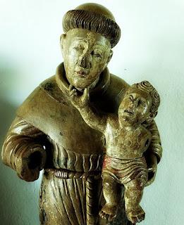 Museu de São Miguel das Missões: Santo Antônio de Pádua, em madeira policromada. Século XVII ou XVIII. Escultura do santo com o menino em sua mão esquerda.