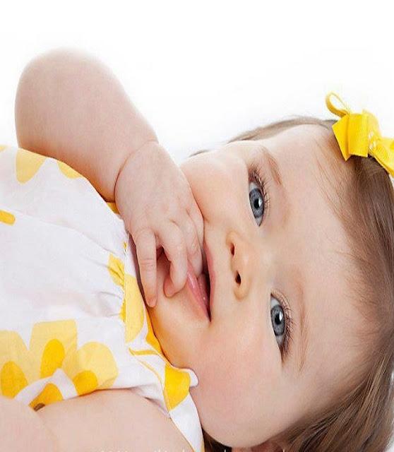 Un mimi bébé fille vêtu en jaune