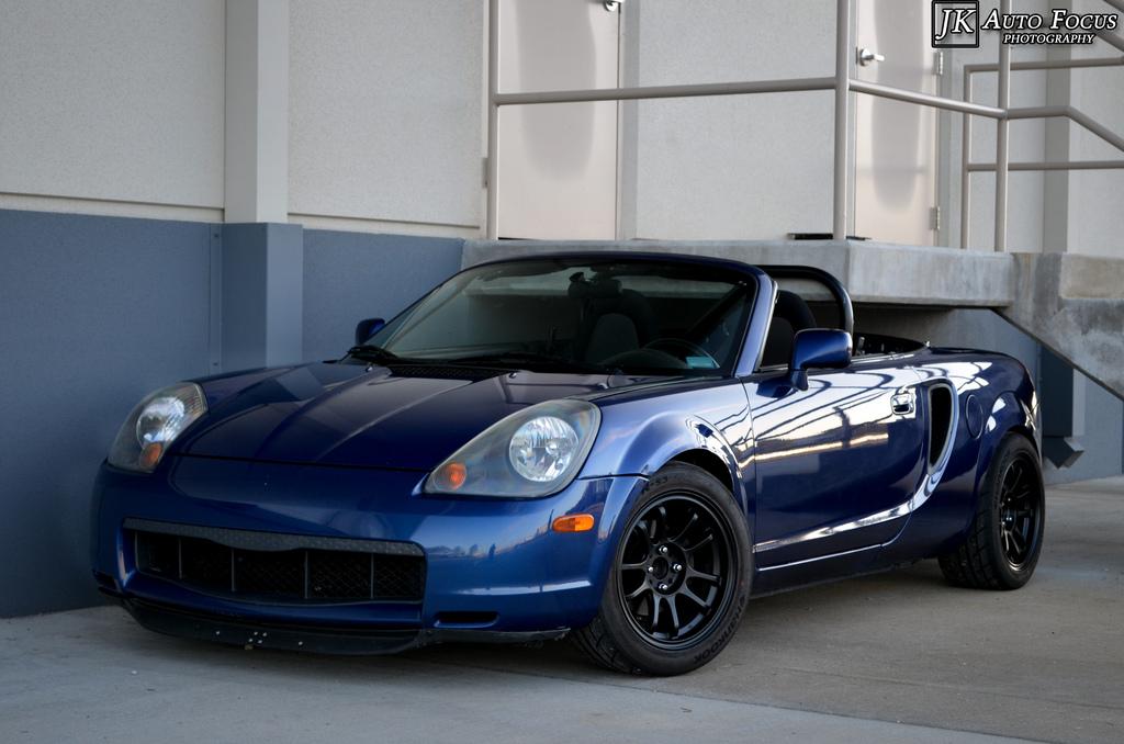 Toyota MR2, trzecia generacja, ostatnia, III, napęd na tył, silnik centralnie, fotki, sportowe auto, czarna felga, niebieski lakier, od przodu, reflektory