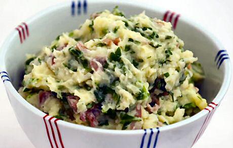 Lekker snel spinaziestoemp recept met verse spinazie en stukjes gebakken spek in de aardappelpuree verwerkt