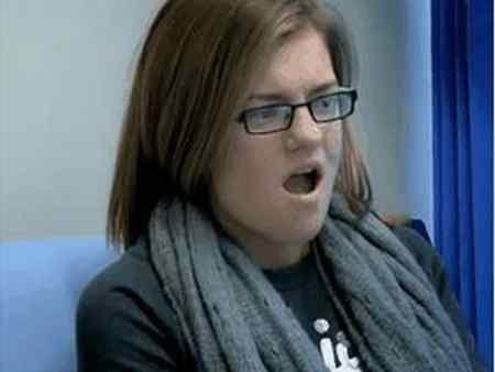 Holly Thompson Menguap Namun Mulutnya Tidak Bisa Mengatup Kembali