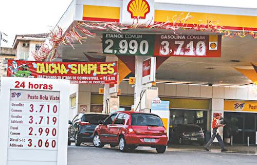 Gasolina baixa em mais postos e chega a R$ 3,71