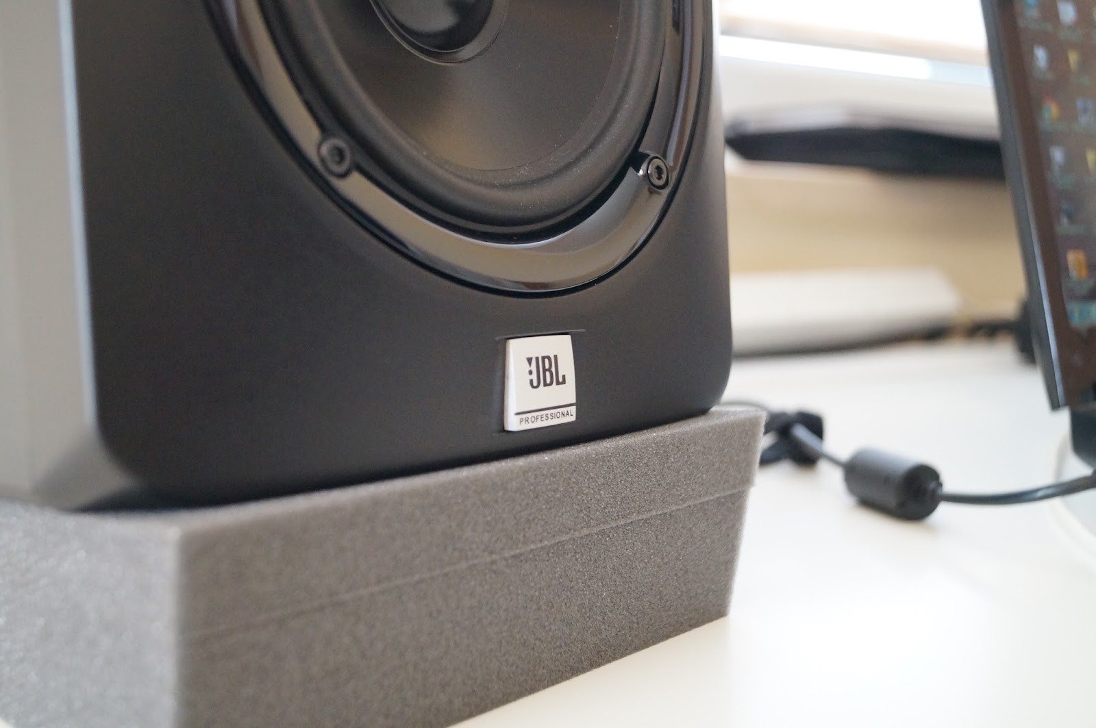 JBL LSR305 Vs KRK Rokit 5 RP5 G3 Comparison