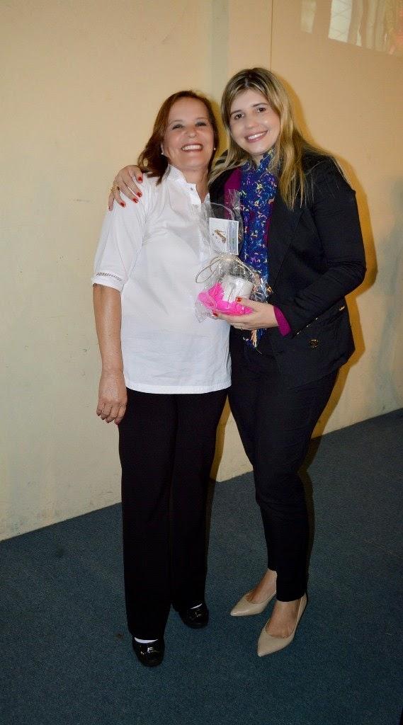 A primeira-dama e secretária dos Direitos da Mulher, Alessandra Rosa, entrega os certificados as alunas do curso de recepcionista em meios de hospedagem
