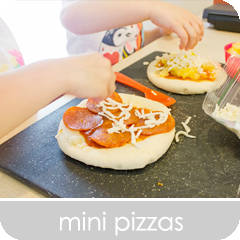 Mini Pizzas | hillmade.blogspot.com | A fun way to get kids involved in the kitchen