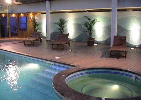 Decoraciones y afinidades modelos de piscinas modernas 2012 for Casas modernas con piscina
