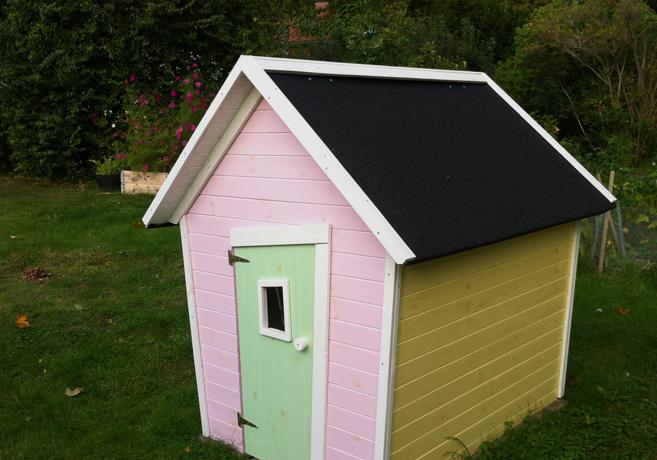 En lekstuga med rosa framsida och gul långsida.