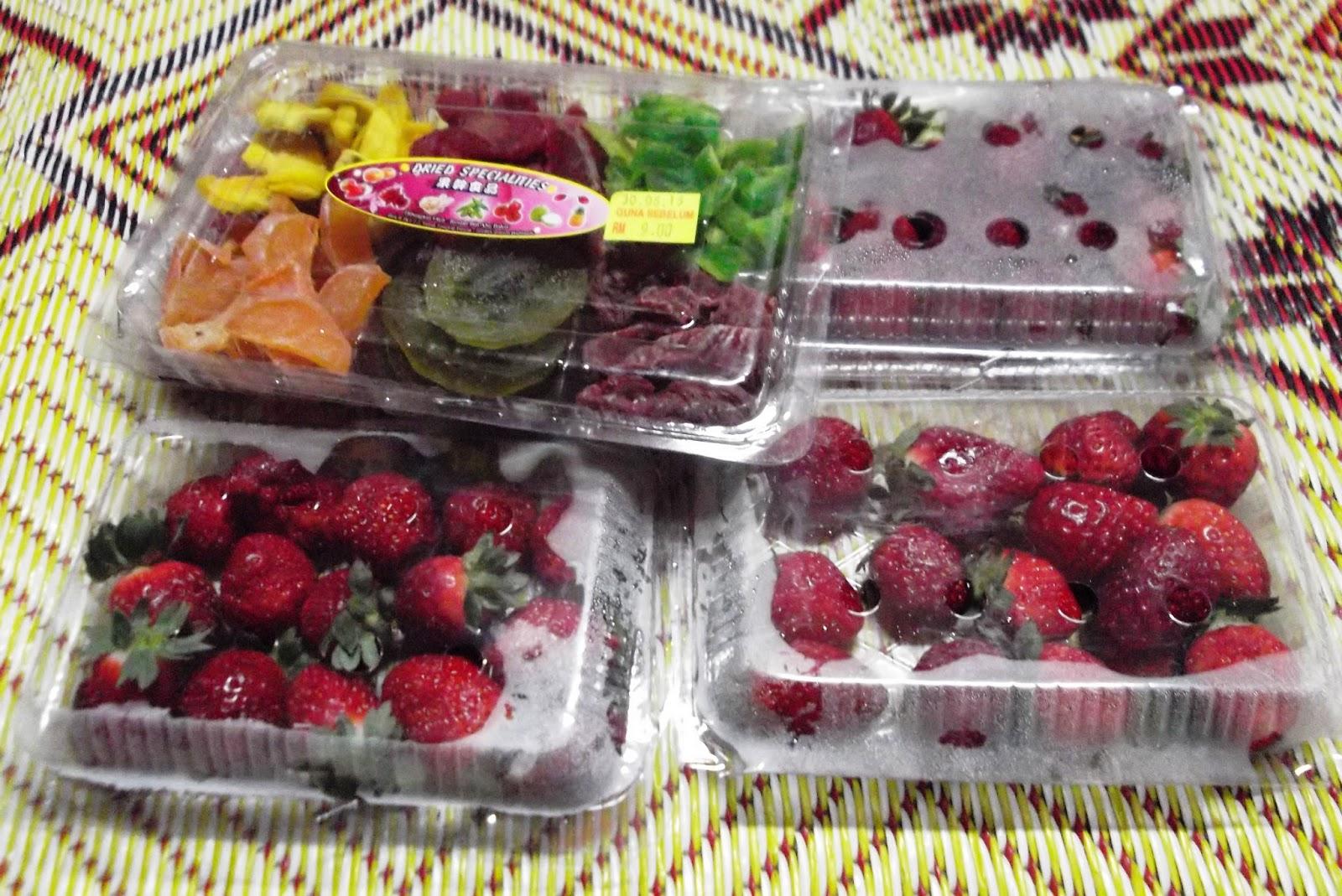buah strawberi segar dan jeruk kering