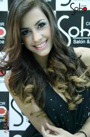 Foto de Milett Figueroa con cabello ondeado y a mi opinón el mejor maquillaje