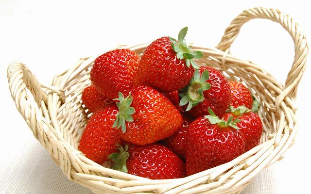 """<img src=""""fresas.jpg"""" alt=""""el consumo de fresas reducen el colesterol en sangre"""">"""