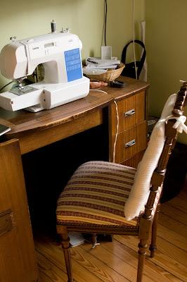 Vue sur plan de travail - chaise, machine à coudre Brother