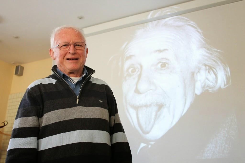 Horst Wolff hält einen Vortrag zur Geschichte der Welt