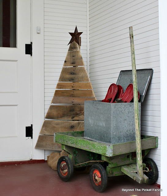 pallets, 12 days of Christmas, DIY, rustic, reclaimed wood, pallet tree, beyond the picket fence, http://bec4-beyondthepicketfence.blogspot.com/2015/11/12-days-of-christmas-day-1-pallet-tree.html