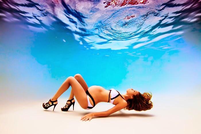 mujeres embarazadas bajo el agua
