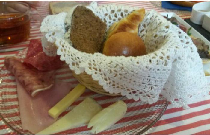 Cesta de panadería con surtido de queso y embutidos. KOK. El Tapeador.