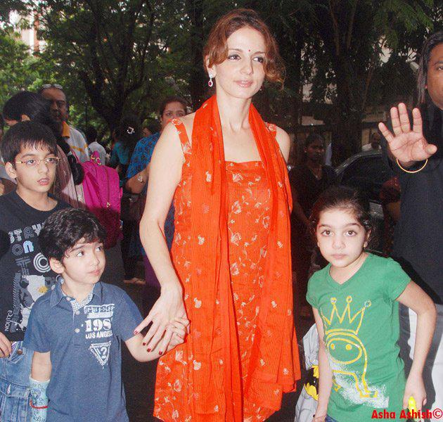 Asha Ashish: Suzanne Roshan with Hrehaan and Hridhaan at ...