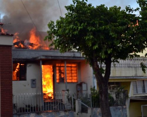 Incêndio em casa causado por problema no carregador que foi deixado ligado sem ninguém em casa