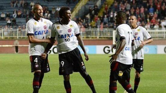 Douglas Coutinho comemora segundo gol sobre o Joinville