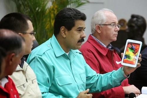 """Unas 3 millones de tabletas marca Samsung, serían entregadas a estudiantes universitarios, así lo ratifico por VTV el Presidente de la República Bolivariana de Venezuela, Nicolás Maduro, ayer miércoles en el marco del proyecto Canaima Educativo, se prevé este año entregar tabletas conOS Android a más de 2 millones 700 mil estudiantes universitarios. """"Ya llevamos unas 200 mil, tenemos que cumplir el plan así como hemos construido las Canaimitas para todos los estudiantes de primaria"""", enfatizó el Jefe de Estado, durante la firma del convenio con la empresa surcoreana Samsung, para la comercialización de sus productos en el país"""" expresó"""