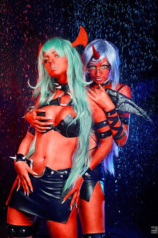 cosplay et body paint rouge de deux démones sous la pluie