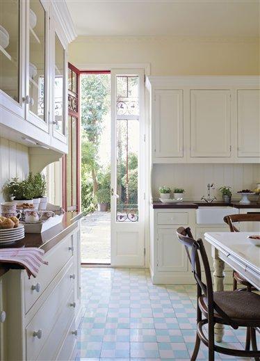 Una cocina blanca y tradicional white and traditional for El mueble cocinas
