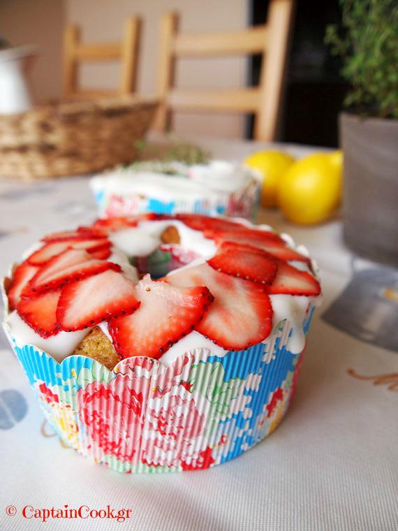 Κέικ Λεμονιού με Θυμάρι και σάλτσα Μέλι – Γιαούρτι