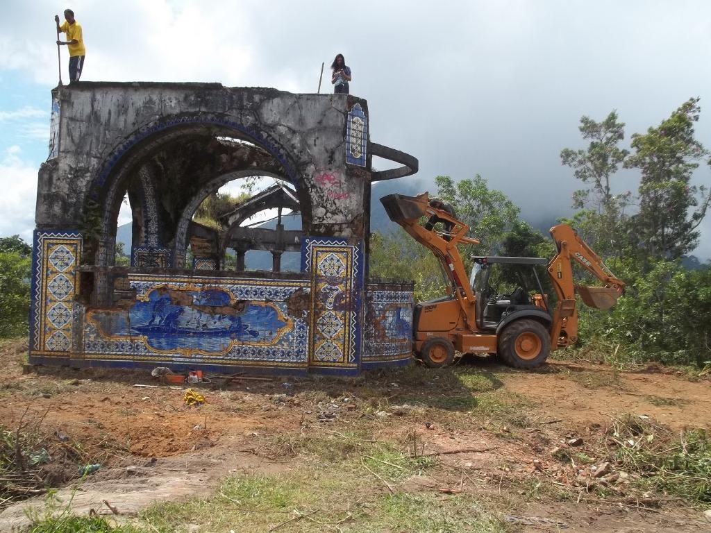Máquinas foram utilizadas para a retirada do matagal que tomava conta do entorno do mirante