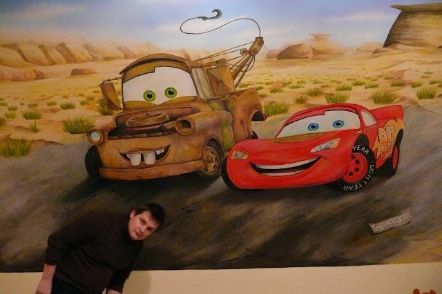 Malowanie pokoju dziecięcego samochody, Toruń, aranżacja ściany w pokoju chłopca na poddaszu, malowanie samochodów na ścianie