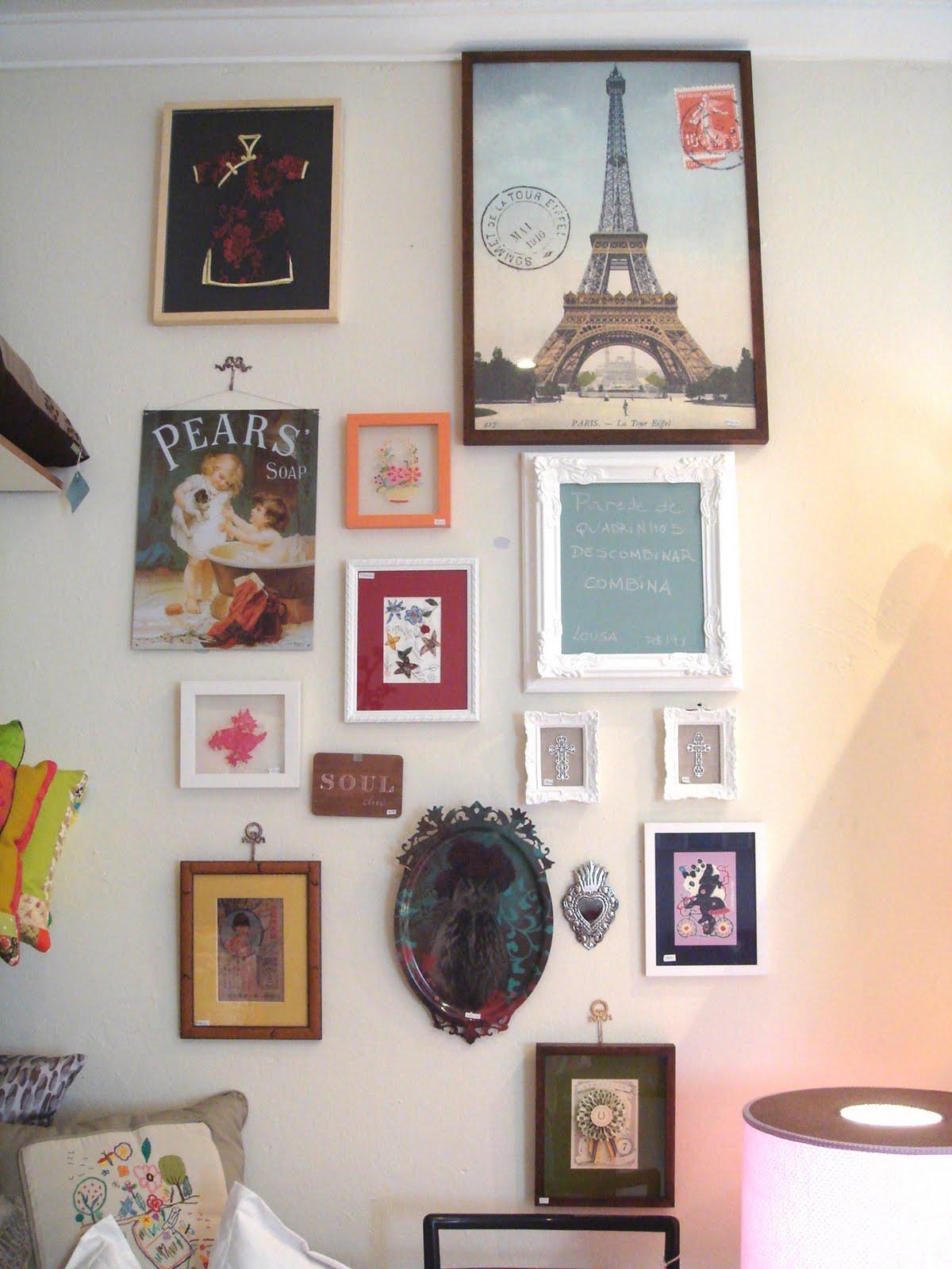 Aparador Sofa Em L ~ Mix de quadros na parede decorando com artesanato ~ Arte
