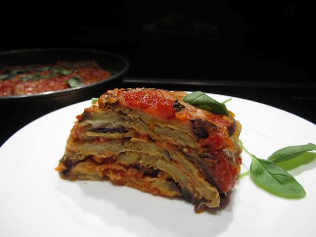 melanzane impanate e fritte, pomodori pelati, parmigiano grattugiato, mozzarella, basilico