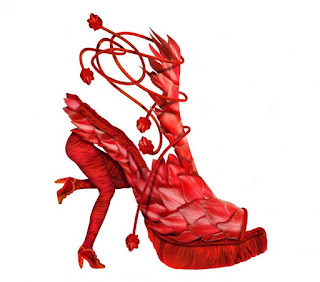 Zapato rojo con soporte en forma de piernas