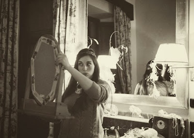 Alba Jordana, de AtodoConfetti se prueba uno de los tocados estilo años '20 de nilataranco