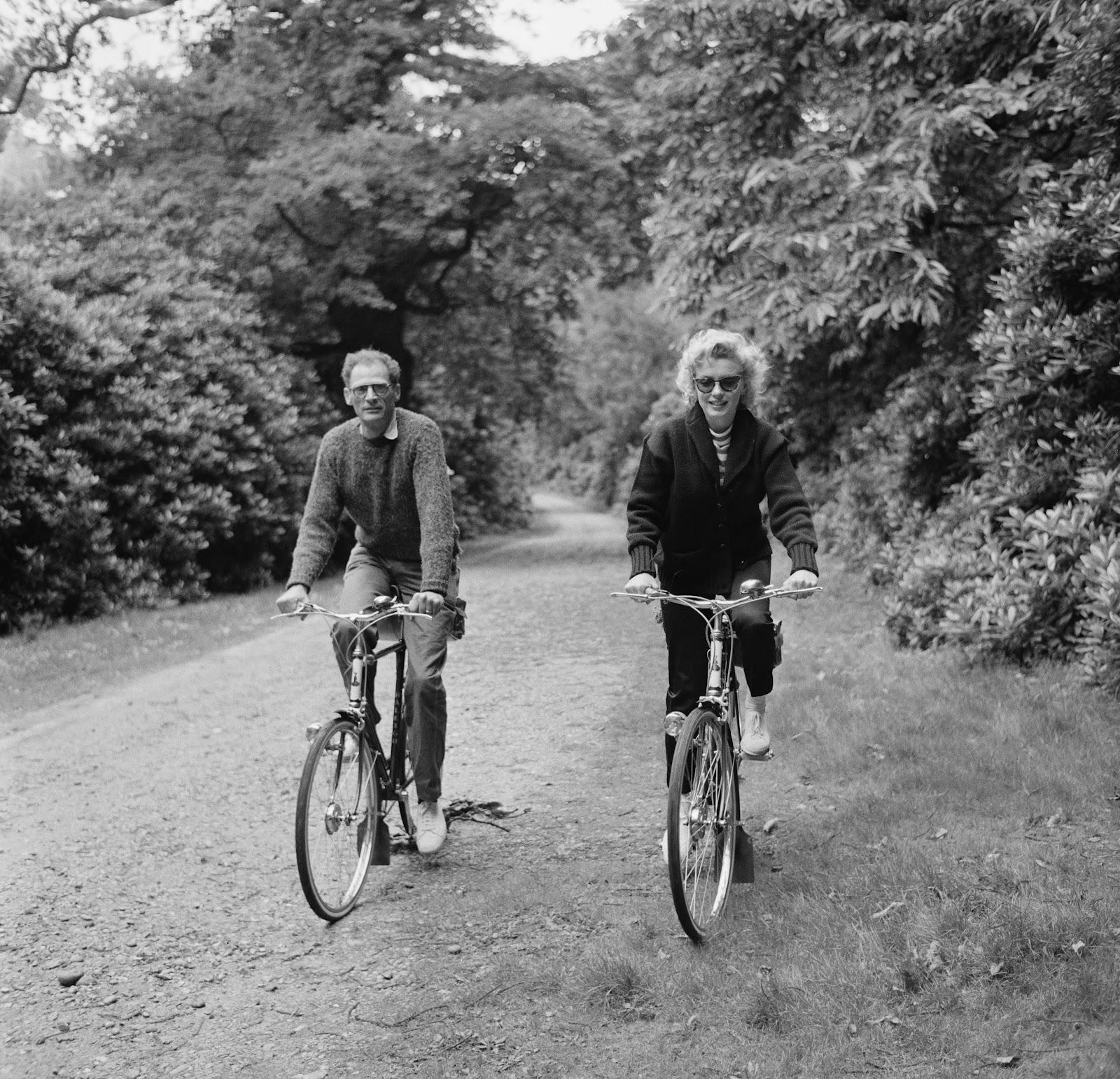 http://1.bp.blogspot.com/-khbkN1S_HSs/T4SYRyA_A1I/AAAAAAABB1E/C7kF35XN4k4/s1600/Marilyn+Monroe+and+Arthur+Miller+bike+ride+cardigan+sunglasses.jpg