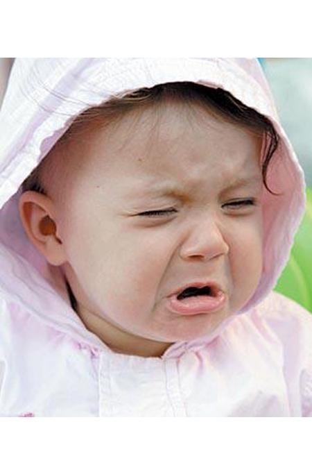 صورة بنت تبكي طفلة تبكي بحرقة