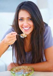 طرق ونصائح لتقوية خصوبة المرأة - امرأة تأكل تتناول الطعام طعام اكل الاكل - woman eat healthy food