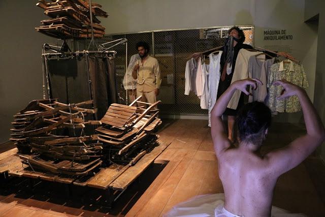 """Até o final da exposição, será apresentada, em três horários diários, a performance """"Fantasma"""", onde alguns performers irão materializar fantasmas para criar uma relação com obras, máquinas e objetos expostos. (Foto: Renan Abreu/Divulgação)"""