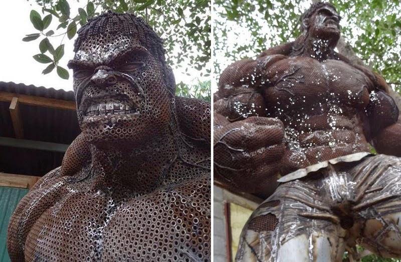 estatua de hulk con chatarra