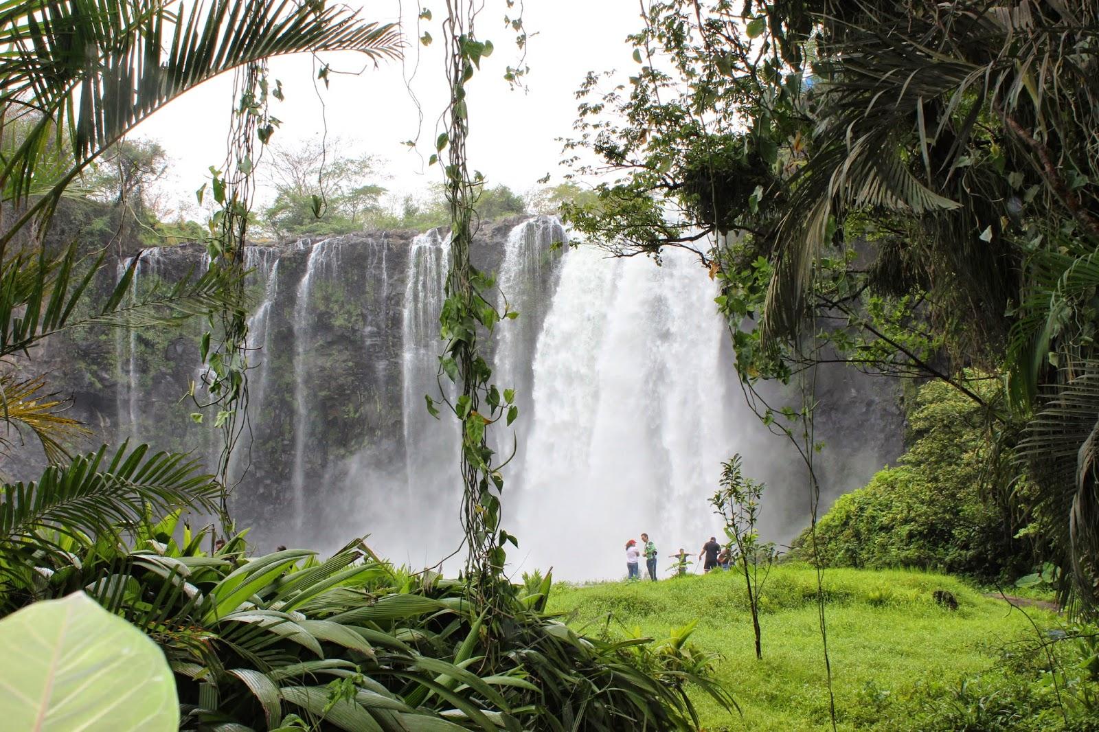 visitantes observando la caída de agua en el Salto de Eyipantla