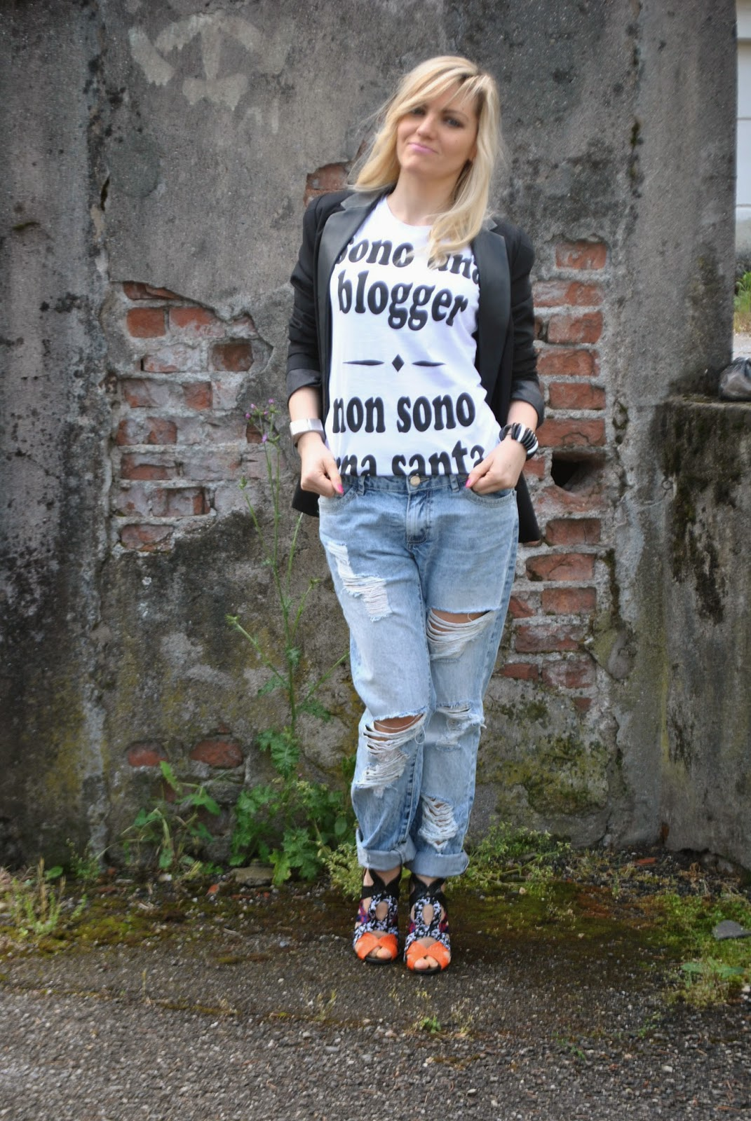 outfit jeans e tacchi outfit boyfriend ripped jeans outfit tshirt outfit giacca nera mariafelicia magno colorblock by felym mariafelicia magno fashion blogger outfit primaverili donna jeans e tacchi tshirt happiness giacca reverse nera sandali etnici come abbianre la giacca nera come abbinare i boyfirend jeans abbianmenti boyfriend jeans pimkie blogger italiane di moda milano fashion blog italiani ragazze bionde girl italian girl fashion bloggers italy how to wear boyfriend ripped jeans black blazer jeans and heels blondie girls fashion bloggers italy