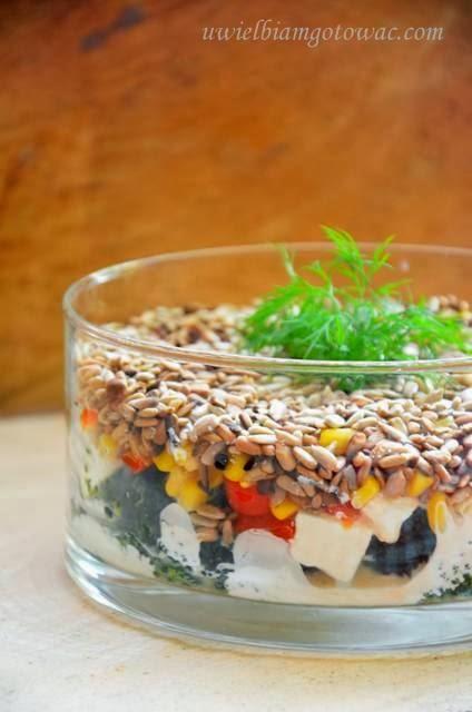 Sałatka warstwowa z brokułem i słonecznikiem