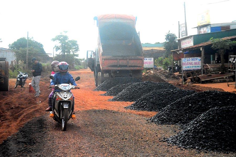 """Gia Lai: Đường biến thành... sông - Những """"ổ voi"""" đã được khắc phục sửa chữa"""
