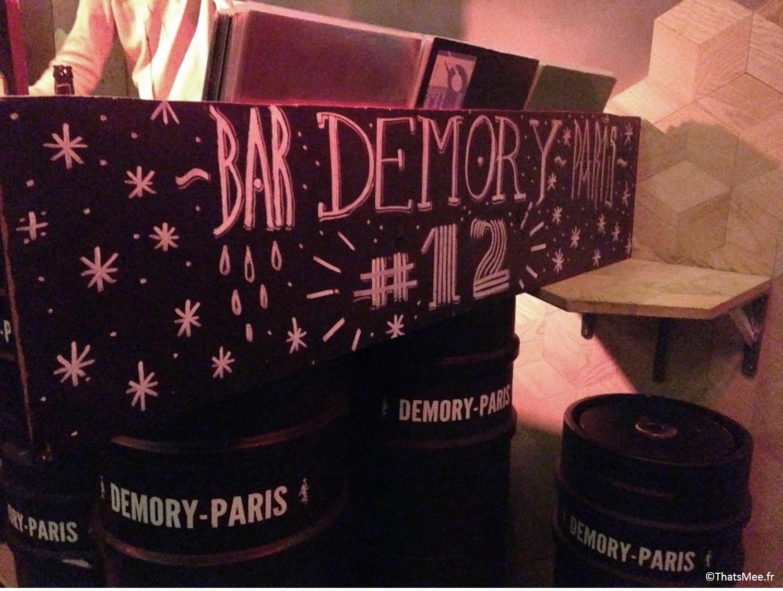 Bar à bières brasserie parisienne demory bières blondes déco fûts tonneaux chaises
